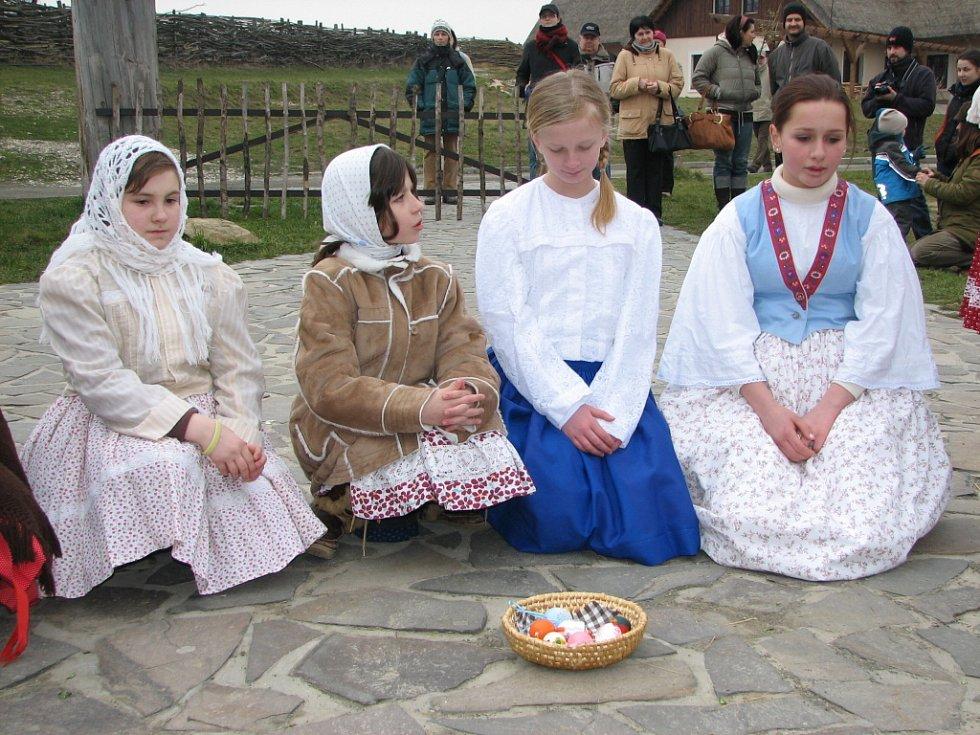 . Děvčata zase ukázala, čím chlapce na Pondělí velikonoční obdarují.