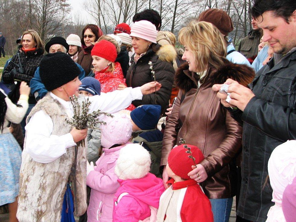 Pásmo zakončily děti ze Stodolánku rozdáváním větviček jívy s kvetoucími kočičkami.
