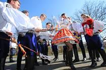 Velikonoční obchůzka   družiny  Vlčnovského  krále  Martina Dareka Franty ve Vlčnově.U Barbory Tomaštíkové.