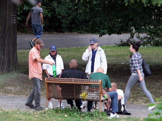 Bezdomovci tráví většinu dne v parcích, v blízkosti supermarketů i na náměstí.