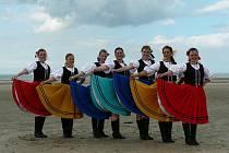 V trenčianských krojích zatančila děvčata z Javoriny karičky i bílovské tance.