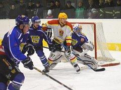 Druhý zápas finále playoff krajské hokejové ligy Uherský Ostroh – Velké Meziříčí (v tmavém) 2:5.