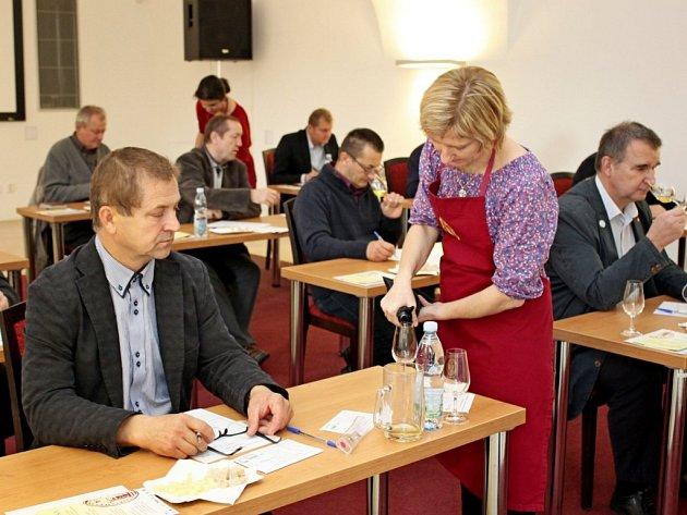 POROTCI. K hodnocení 66 vzorků vín zasedli v neděli degustátoři v sále kardinála Tomáše Špidlíka ve Velehradském domě svatých Cyrila a Metoděje.