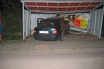 Až plechová zastávka ukončila jízdu 22letého mladíka uherskohradišťskými Véskami v sobotu 28. dubna těsně po půlnoci.