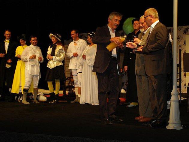 Igor Stránský pokřtil CD folkloristů symbolicky burčákem.