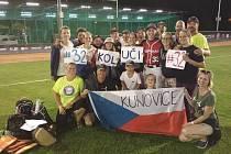 Početní výprava fanoušků zKunovic pravidelně fandila českým softbalistům na mistrovství světa vPraze a Havlíčkově Brodě. Nejvíce samozřejmě drželi palce odchovanci Snails Kunovice Michalu Kolůchovi. Čeští reprezentanti nakonec obsadili osmou příčku.