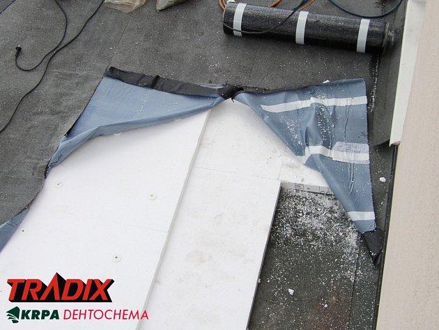 Montáž ploché střechy se samolepícími asfaltovými pásy