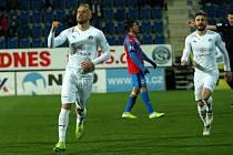 Fotbalisté Slovácka (v bílých dresech) vyzvali v posledním letošním domácím zápase Viktorii Plzeň. Na snímku Petr Reinberk.