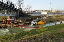 V řece Moravě skončil ve čtvrtek odpoledne domíchávač betonu.