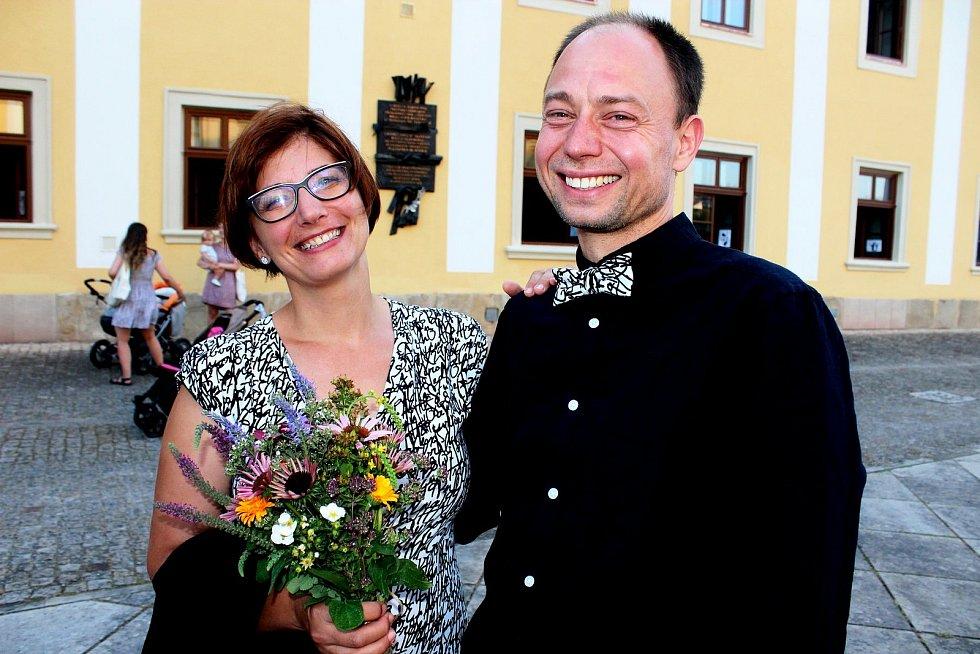 Letní kurz. V poutním Velehradě se jej zúčastnilo 66 manželských párů, které zde obnovily při slavnostní bohoslužbě manželský slib. O jejich 95 dětí se vprůběhu kurzu staralo 46 mladých pečovatelek a pečovatelů.