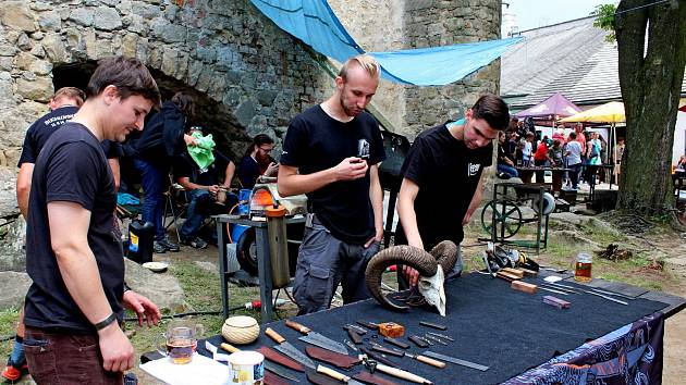 O víkendu se na hradě Buchlově otáčeli u výhní a bušili kladivy do železa na kovadlinách mistři černého řemesla.