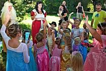 V PARKU. Areál Státního zámku Buchlovice hostil v neděli odpoledne nejen prince a princezny, ale i jejich rodiny.