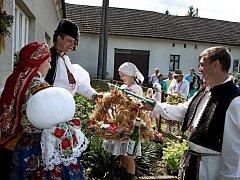 Krojovaný průvod si v neděli odpoledne došel pro hospodáře a s nimi i obětními dary na mši svatou do jalubského kostela.