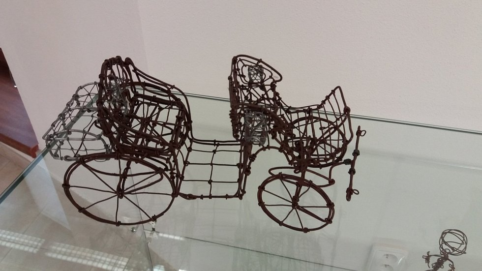 VTuristickém centru Velehrad budou do 28. října vystaveny drátěné modely amatérského dráteníka Ladislava Lokajíčka.