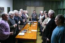 """Přípravný výbor. Jednání členové vždy zahajují svou hymnou """"Pil sem včera, pijem dneska...""""."""