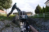 Koryto potoka opravují v současné době ve Zlechově. Stavební práce se tákají asi čtyř set metrů mezi silničním mostem a koncem zástavby.
