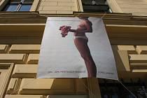 Šest obřích plakátů s kontroverzní společenskou tematikou visí na budově UMPRUM.