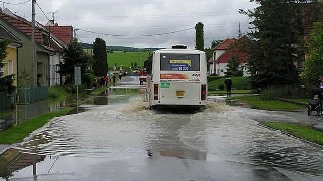 Zatopená silnice v Havřicích.