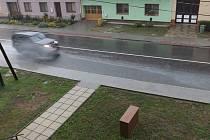 Při dešti se v prohlubni hromadí voda, která od projíždějících aut stříká až na domy.