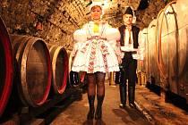 Vítězný stárkovský pár Dagmar Zajícová a Jiří Chmela ze Zlámance, se svojí výhrou 70 litry vína.