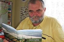 Starosta Nedachlebic Vratislav Němeček listuje novou knihou vydanou k osmistému výročí obce.