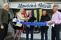 V letošním roce uběhlo dvacet let od postupu tehdejšího 1.FC SYNOT do nejvyšší soutěže. Připomenout si je přišlo v pátečním odpoledni do slovácké dědiny na sto padesát bývalých trenérů, hráčů a fanoušků.