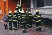 Houkání sirén hasičských i policejních vozidel se ve čtvrtek ráno rozléhalo areálem Uherskohradišťské nemocnice i jeho okolím. Naštěstí šlo o součást předem plánovaného společného cvičení složek Integrovaného záchranného systému Zlínského kraje.