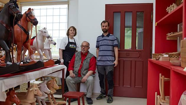 Daniel Volařík ve své rodinné dílně s manželkou Jiřinou a synem Danielem.