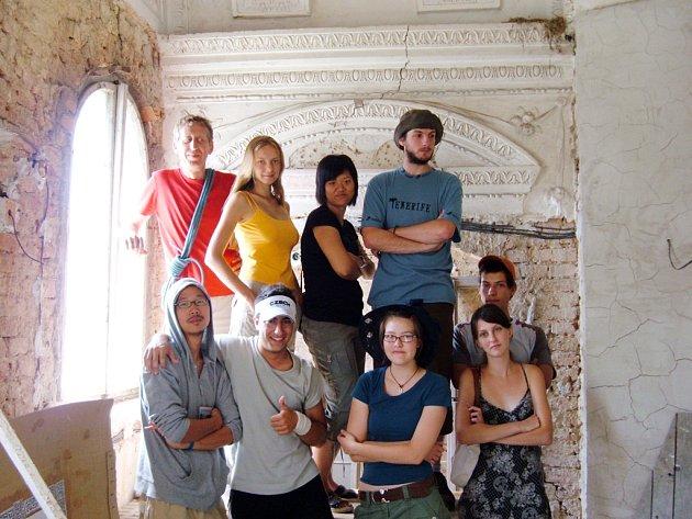 Skupinka návštěvníků v ostrožském zámku.