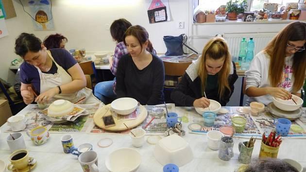 RADOST ZTVOŘENÍ. Ženy a dívky zdobily vDDM Šikula keramické misky nejrůznějšími motivy.