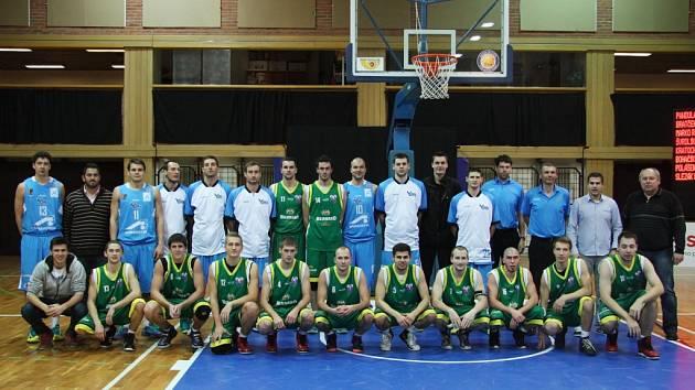 Basketbalisté KK Valašské Meziříčí (zelené dresy) bojují ve čtvrtfinále Poháru České pošty v Českých Budějovicích s prvoligovým Prostějovem.