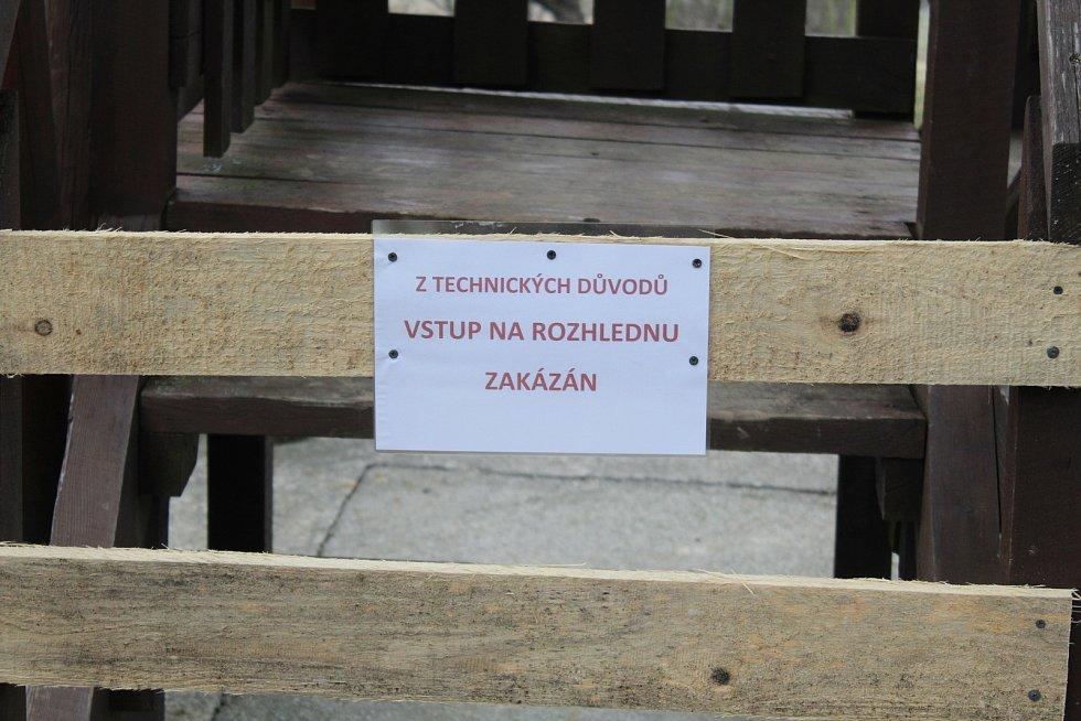 Bystřice pod Lopeníkem, obec na úpatí Bílých Karpat. Rozhledna Pod Vojanskú.