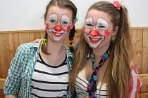 Na maškarním karnevalu se kluci a holky náležitě vyřádili.