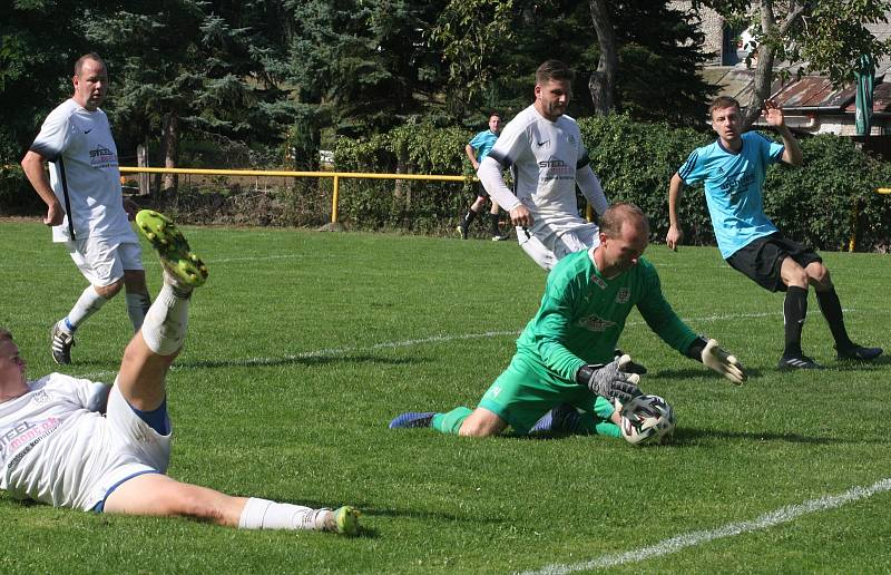 Zkušený brankář Ořechova Stanislav Kuchař při hodovém derby s Polešovicemi.