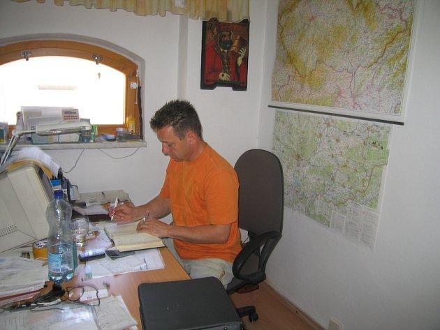 ZA STOLEM. Vlastimil Sýkora má neustále spoustu práce u pracovního stolu i v terénu.