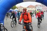Čtrnáctý ročník symbolického uzavírání cyklostezek Na kole vinohrady propršelo. I tak odstartovala na vinné stezky z uherskohradišťského Masarykova náměstí přes sto cyklistů a pěších.
