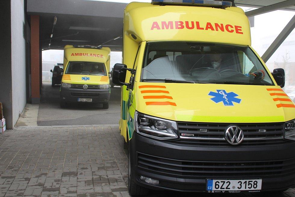 Nakládání dvou pacientů ve vážném koronavirovém stavu do dvou sanitek v Uherskohradišťské nemocnici, před transportem do nemocnice v Praze Motole.