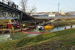 V řece Olšavě skončil ve čtvrtek odpoledne domíchávač betonu