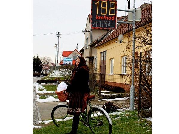 Vlastním očím nevěřili řidiči, kteří vsobotu kolem poledních hodin přijížděli od Babic kHuštěnovicím. Každý znich, včetně cyklistů, se podle ukazatele rychlosti řítil do vesnice rychlostí 192kilometrů vhodině.