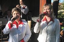 Hana Kročilová a Miroslava Jurčová z Nivnice zpívají spolu s dechovkami šestadvacet let.