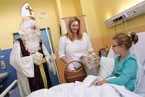 Mikulášská nadílka na dětském oddělení v Uherskohradišťské nemocnici v Uherském Hradišti.