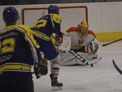 Semifinále playoff krajské hokejové ligy Uherský Ostroh – Velká Bíteš (v tmavém) 3:2.