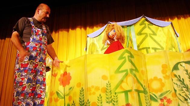 Herci kroměřížského divadla Říše loutek si dětské publikum získali během několika minut.