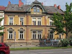 Do domu na Třídě maršála Malinovského se nastěhují bezdomovci.