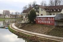 Prostory Veslařského klubu Moravia v Uherském Hradišti v pondělí 30.30. obsadili exekutoři.