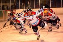 Pátý finálový zápas přinesl urputný boj, chvilkovou radost hráčů Uh. Brodu a nakonec bouřlivé oslavy hradišťských hokejistů.