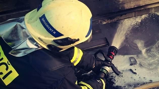 U Jabloňova hořel osobní vůz, škoda se vyšplhala na 15 tisíc korun