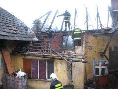 Požár střechy domu v Částkově.