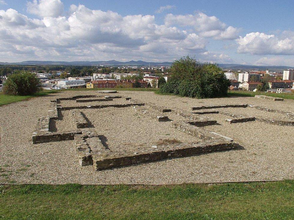 Základy velkomoravského kostela na sadské výšině jsou národní kulturní památka.
