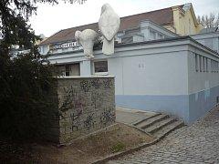 Nevzhledné malůvky na některých domech v Uherském Hradišti se staly předmětem kritiky členů mezinárodní komise.